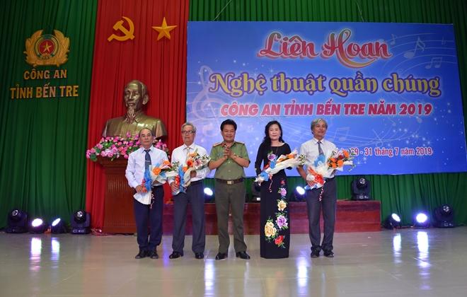 Đại tá Phạm Văn Ngót - Phó Giám đốc Công an tỉnh Bến Tre tặng hoa cho Ban giám khảo.