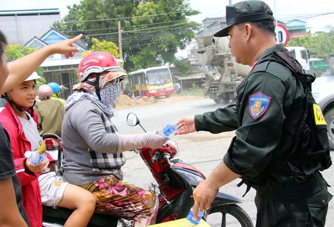 Túc trực 24/24 đảm bảo an toàn cho người dân tại khu vực sạt lở - Ảnh minh hoạ 4