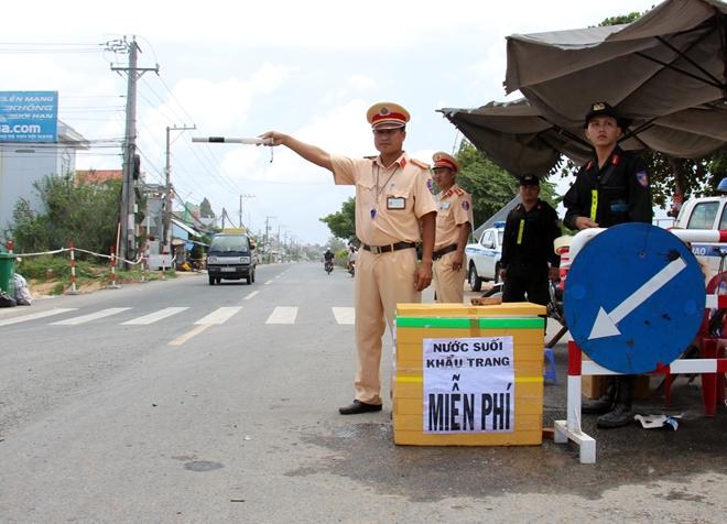 Túc trực 24/24 đảm bảo an toàn cho người dân tại khu vực sạt lở - Ảnh minh hoạ 10