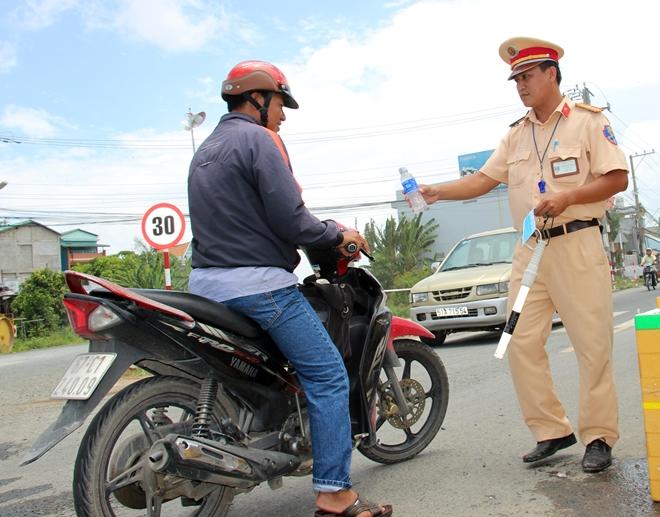 Túc trực 24/24 đảm bảo an toàn cho người dân tại khu vực sạt lở - Ảnh minh hoạ 8