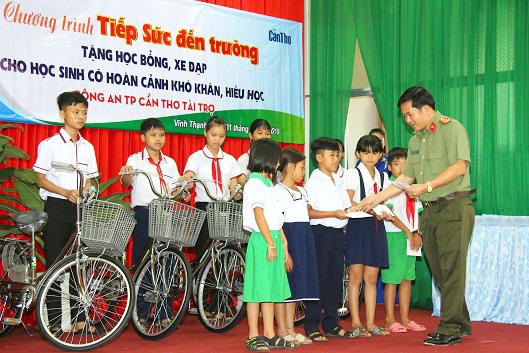 Trao 100 suất học bổng học sinh nghèo Vĩnh Thạnh - Ảnh minh hoạ 3