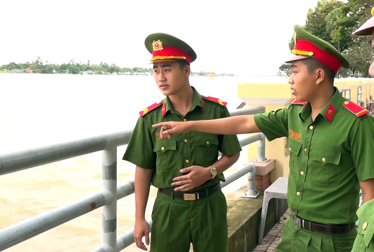 Chiến sĩ Cảnh sát lao xuống sông Hậu cứu người phụ nữ tự tử