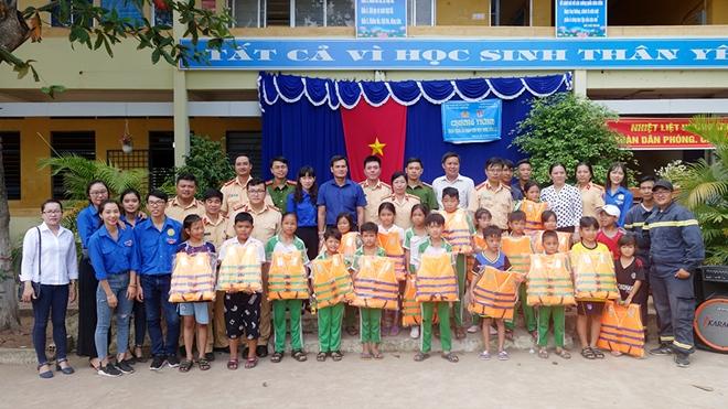Trao tặng áo phao cứu sinh cho học sinh vùng lũ biên giới
