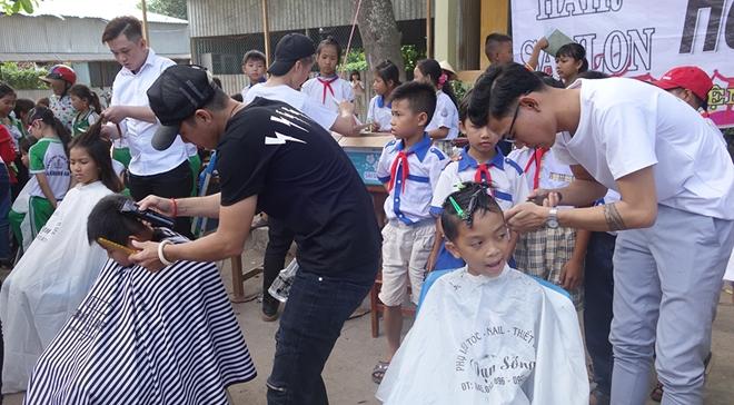 Trao tặng áo phao cứu sinh cho học sinh vùng lũ biên giới - Ảnh minh hoạ 3
