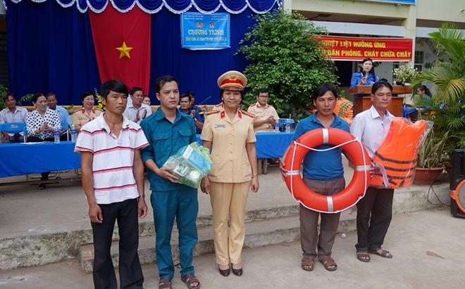 Trao tặng áo phao cứu sinh cho học sinh vùng lũ biên giới - Ảnh minh hoạ 2