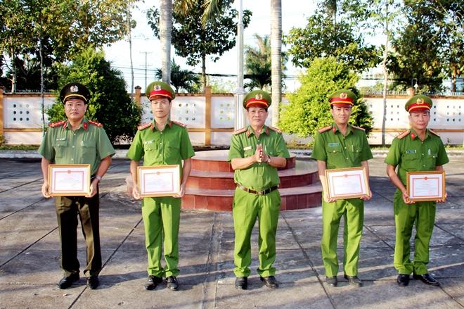 PV Báo CAND được Giám đốc Công an tỉnh Hậu Giang khen thưởng đột xuất - Ảnh minh hoạ 2