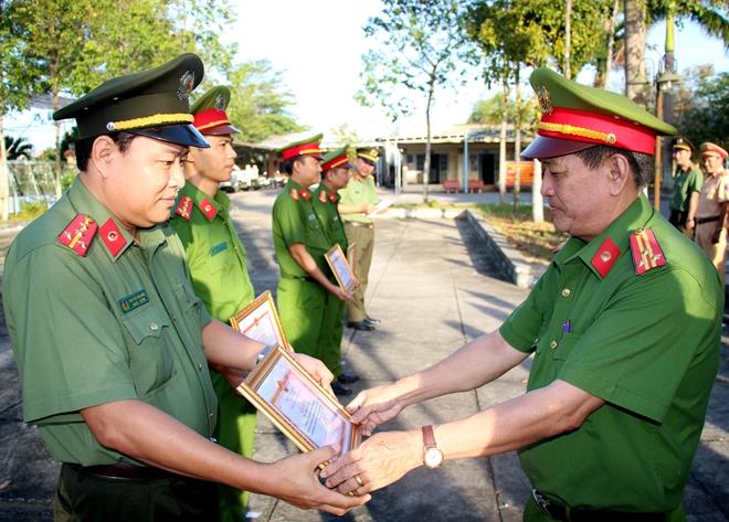 PV Báo CAND được Giám đốc Công an tỉnh Hậu Giang khen thưởng đột xuất