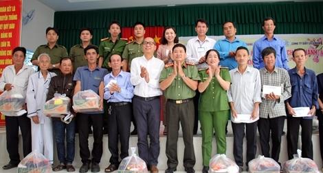 """Bà con Mái Dầm, Phú Hữu vui mừng nhận quà chương trình """"Tết vì người nghèo"""""""
