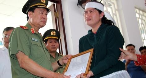 Thăng cấp bậc hàm từ Đại úy lên Thiếu tá cho đồng chí Nguyễn Thanh Hải