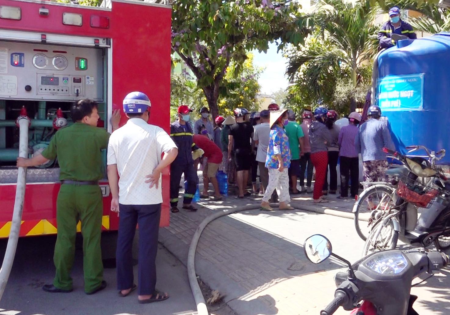 Cảnh sát PCCC chở nước ngọt ứng cứu người dân vùng hạn mặn