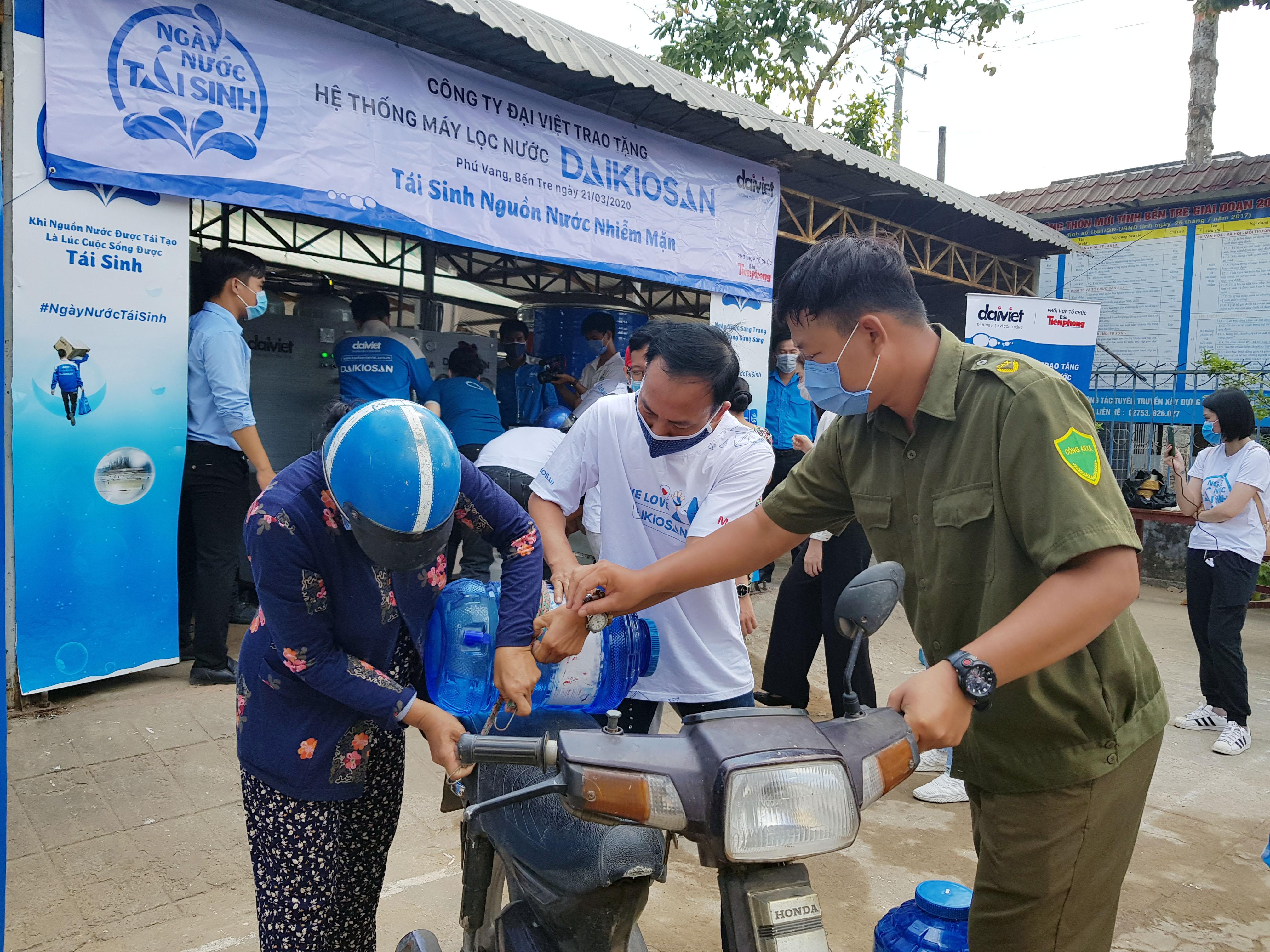 Lắp đặt hệ thống máy lọc nước miễn phí cho người dân vùng hạn mặn