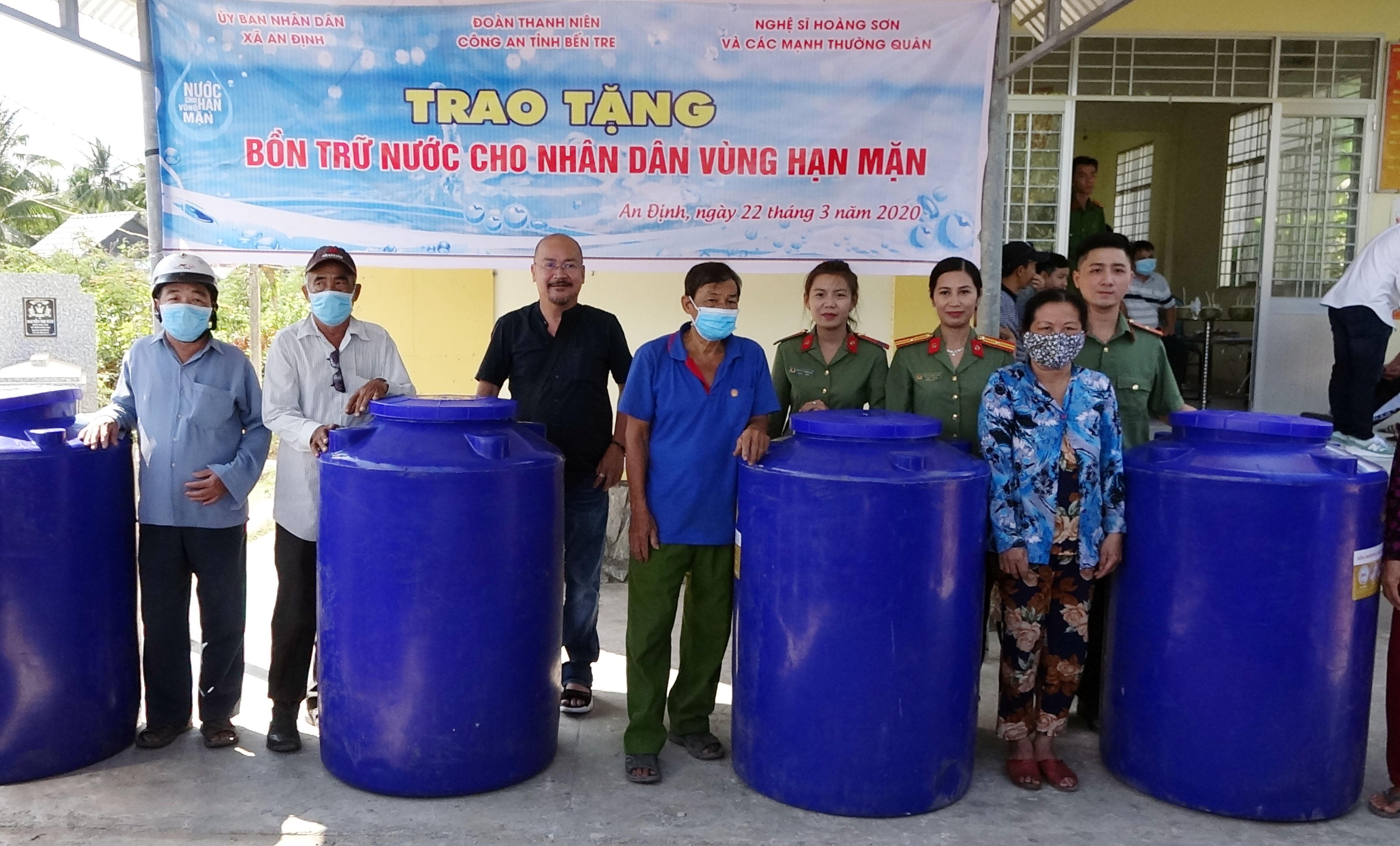 Công an Bến Tre tiếp tục hỗ trợ nước ngọt cho người dân