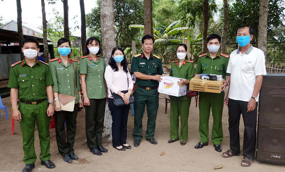 Phụ nữ Công an tỉnh An Giang chung tay phòng, chống dịch COVID-19