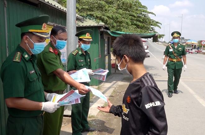Công an tỉnh An Giang hỗ trợ Công an xã phòng, chống dịch COVID-19 - Ảnh minh hoạ 3