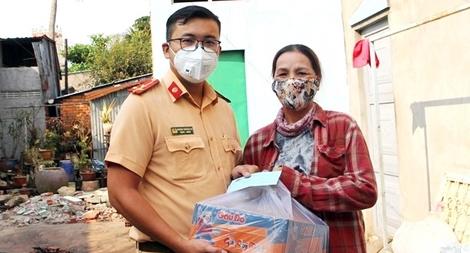 Công an tỉnh An Giang hỗ trợ các hộ dân khó khăn