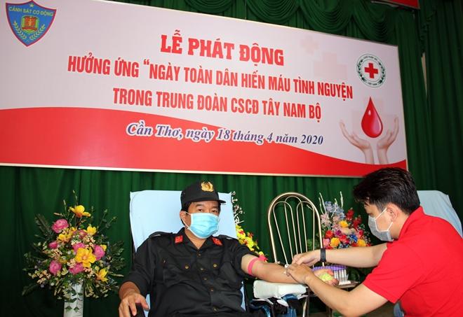 Trung đoàn CSCĐ Tây Nam Bộ phát động hiến máu tình nguyện năm 2020 - Ảnh minh hoạ 2