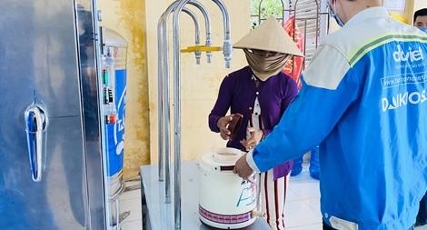 Trao tặng hệ thống máy lọc nước nhiễm mặn tại Trà Vinh và Sóc Trăng