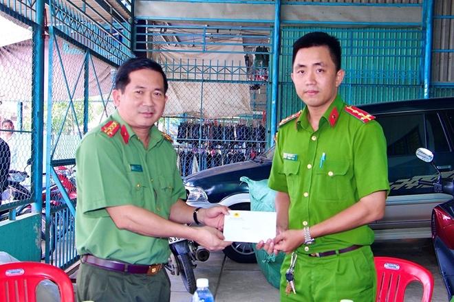 Giám đốc CA An Giang thăm hỏi, động viên các chốt chống buôn lậu trên tuyến biên giới - Ảnh minh hoạ 4