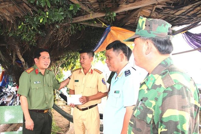 Giám đốc CA An Giang thăm hỏi, động viên các chốt chống buôn lậu trên tuyến biên giới