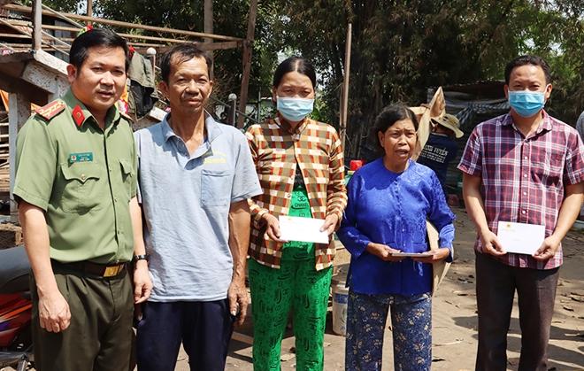 Công an tỉnh An Giang xây nhà mới, trao tiền hỗ trợ các hộ bị hỏa hoạn