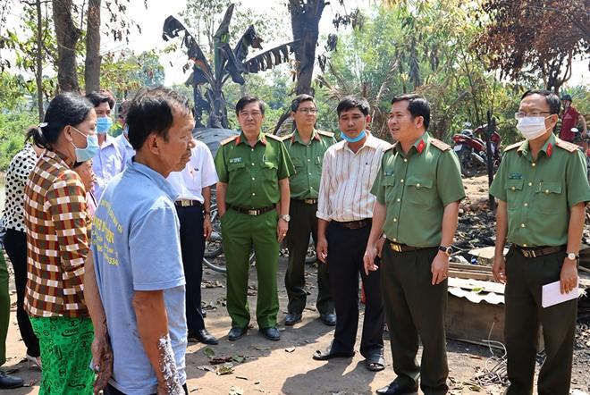 Công an tỉnh An Giang xây nhà mới, trao tiền hỗ trợ các hộ bị hỏa hoạn - Ảnh minh hoạ 2