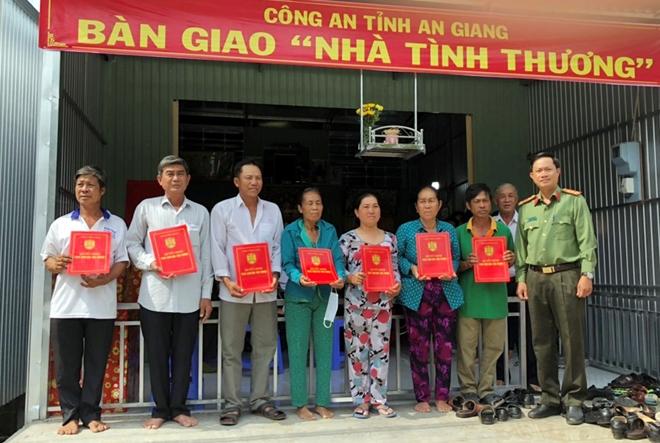 Công an tỉnh An Giang xây nhà mới, trao tiền hỗ trợ các hộ bị hỏa hoạn - Ảnh minh hoạ 3