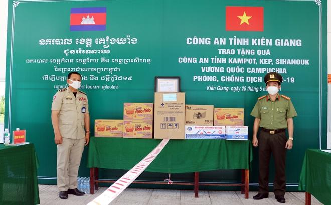 Hỗ trợ phòng, chống dịch COVID-19 cho bà con Việt kiều và Công an các địa phương Campuchia