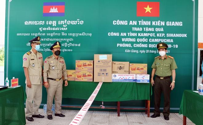 Hỗ trợ phòng, chống dịch COVID-19 cho bà con Việt kiều và Công an các địa phương Campuchia - Ảnh minh hoạ 2