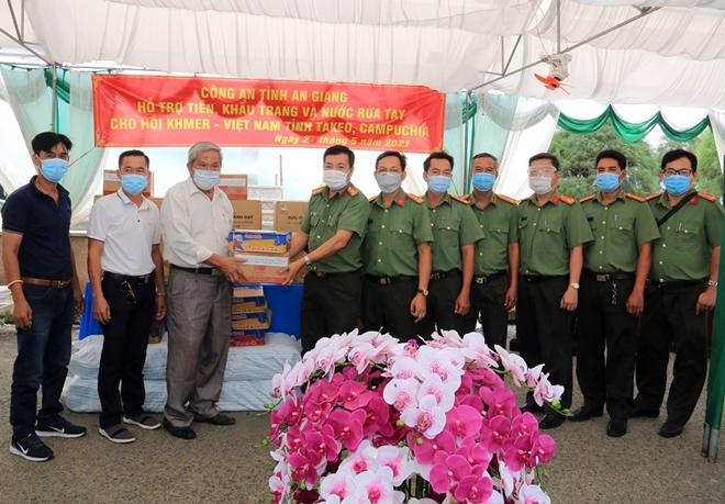 Hỗ trợ phòng, chống dịch COVID-19 cho bà con Việt kiều và Công an các địa phương Campuchia - Ảnh minh hoạ 3