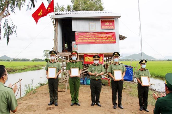 Nhận quyết định thăng quân hàm và kết nạp Đảng tại chốt phòng, chống dịch - Ảnh minh hoạ 2