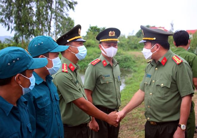 Nhận quyết định thăng quân hàm và kết nạp Đảng tại chốt phòng, chống dịch - Ảnh minh hoạ 7