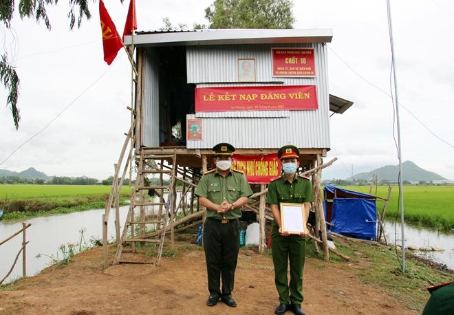 Nhận quyết định thăng quân hàm và kết nạp Đảng tại chốt phòng, chống dịch - Ảnh minh hoạ 3