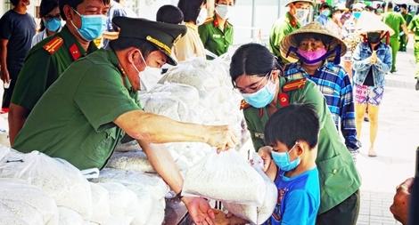 Trao tặng 36 tấn gạo cho người dân khó khăn do ảnh hưởng dịch COVID-19