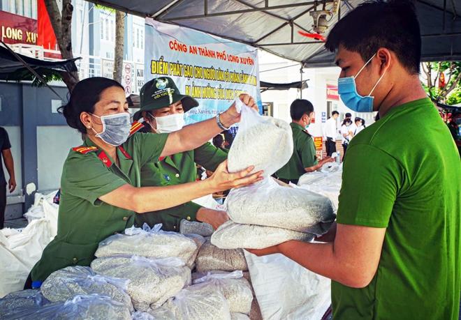 Trao tặng 36 tấn gạo cho người dân khó khăn do ảnh hưởng dịch COVID-19 - Ảnh minh hoạ 5