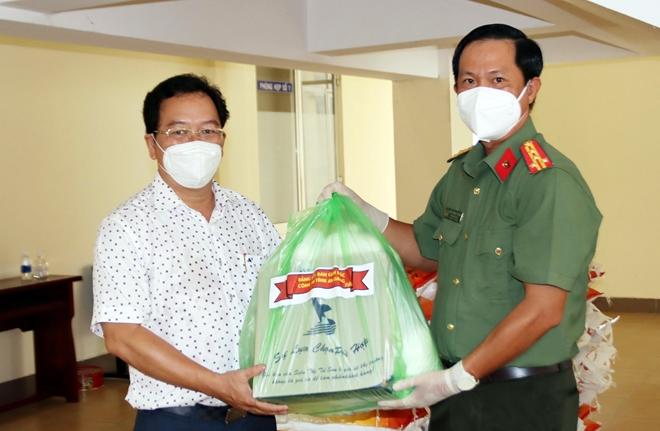 Công an tỉnh An Giang hỗ trợ 1.000 phần quà cho các khu cách ly - Ảnh minh hoạ 3