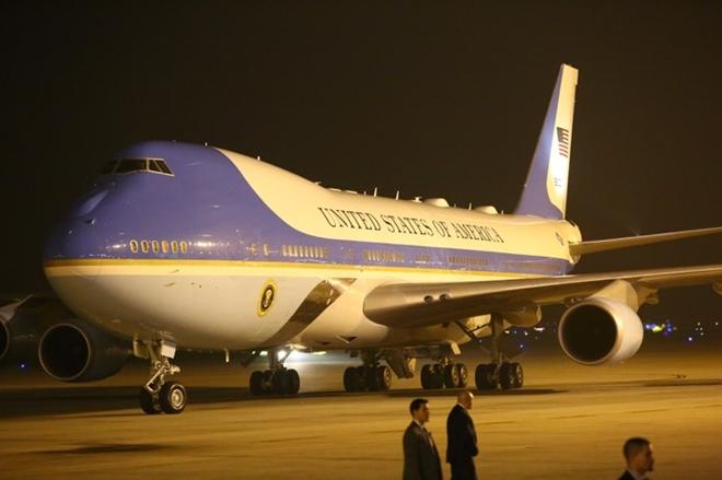 Đúng 20h55, tức là chỉ chênh lệnh vài phút so với dự kiến (21h), chiếc Không lực Một - chuyên cơ chở Tổng thống Mỹ hạ cánh xuống sân bay quốc tế Nội Bài, Hà Nội.