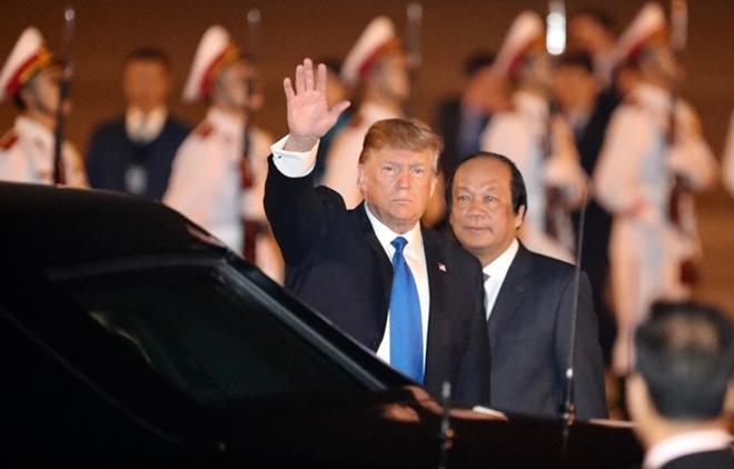 Trước khi lên xe Quái thú, Tổng thống Donald Trump vẫy tay chào mọi người một lần nữa.