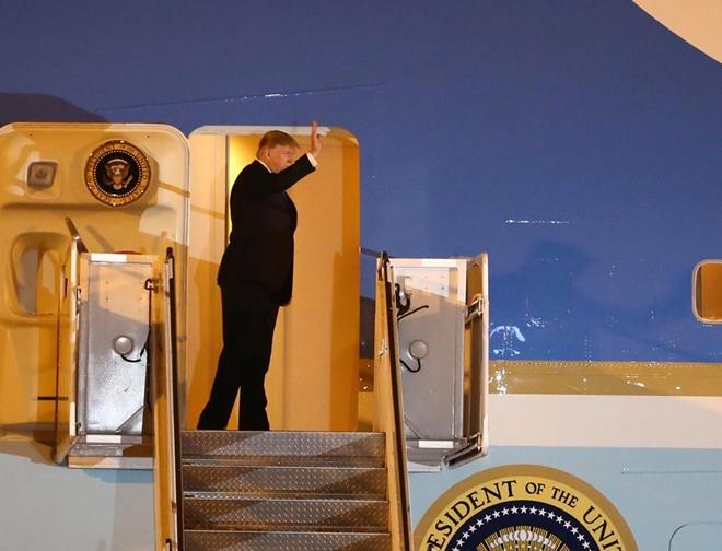 Tổng thống Trump tươi cười vẫy chào mọi người khi bước ra khỏi chiếc Air Force One tại sân bay Nội Bài tối 26-2.