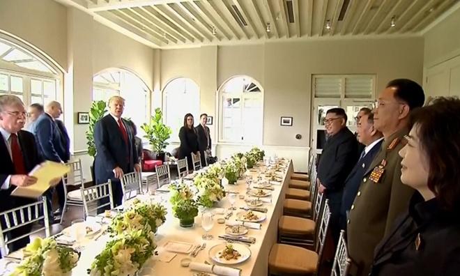 Phái đoàn Mỹ - Triều dùng bữa trưa tại hội nghị thượng đỉnh lần thứ nhất ở Singapore tháng 6-2018. (Ảnh:Reuters)