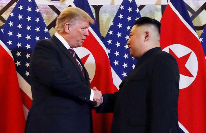 Khoảnh khắc Tổng thống Mỹ Donald Trump và Chủ tịch Kim Jong-un bắt tay khi gặp nhau tại khách sạn Metropole tối 27-2. (Ảnh: Reuters)