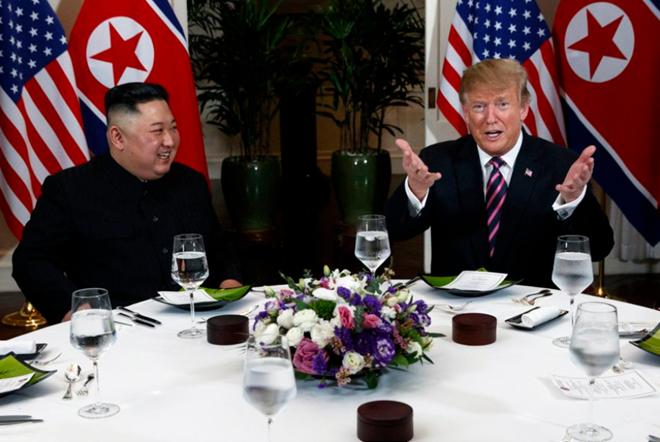 Chủ tịch Triều Tiên Kim Jong-un và Tổng thống Mỹ Donald Trump trên bàn tiệc. (Ảnh: AP)