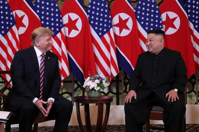 Tổng thống Mỹ Donald Trump và Chủ tịch Triều Tiên Kim Jong-un vui vẻ trò chuyện trước khi cùng nhau ăn tối. (Ảnh: Reuters)
