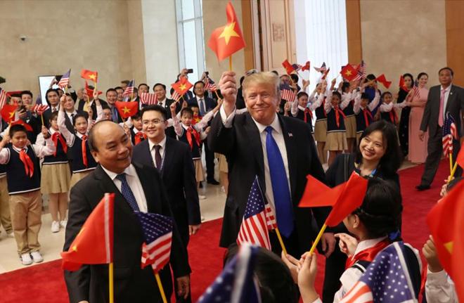 Tổng thống Trump gây sốt mạng với lá cờ Việt Nam trên tay