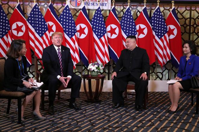 Ngồi cạnh hai nhà lãnh đạo Mỹ Triều là phiên dịch viên Lee Yun-hyang và Sin Hye Yong.