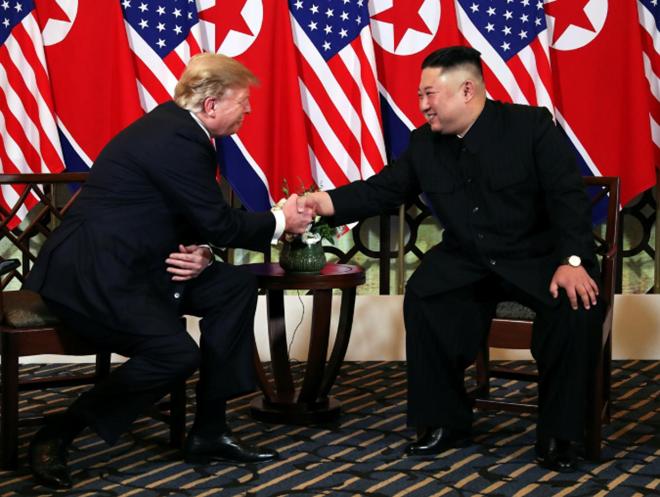 Hai nhà lãnh đạo tiếp tục bắt tay và mỉm cười với nhau trong cuộc trò chuyện kéo dài 10 phút.