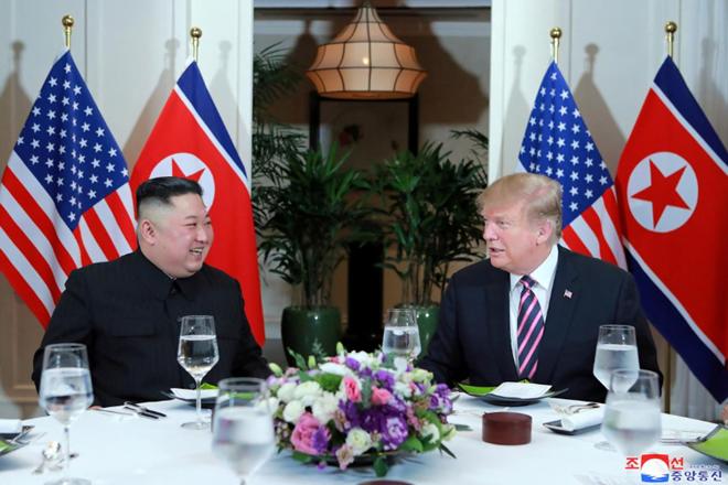 """""""Cuộc gặp và bữa tối tuyệt vời với lãnh đạo Triều Tiên Kim Jong-un tại Việt Nam vào tối nay. Cuộc trò chuyện rất tốt. Sẽ tiếp tục vào ngày mai!"""", Tổng thống Donald Trump bình luận trên mạng xã hội Twitter tối 27-2 sau khi trở về từ cuộc gặp Chủ tịch Kim Jong-un."""