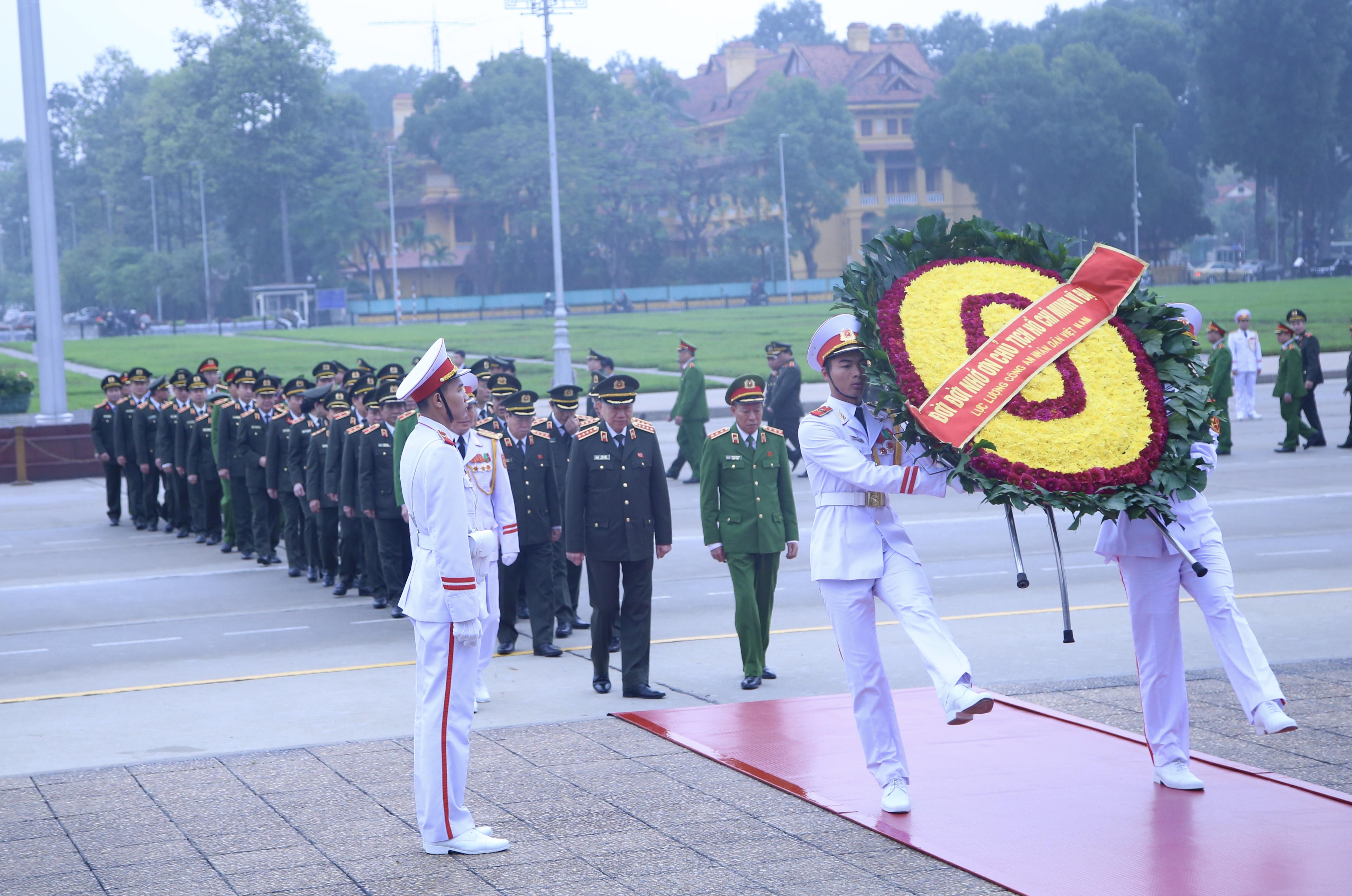 Đoàn đại biểu Bộ Công an vào viếng Lăng Chủ tịch Hồ Chí Minh