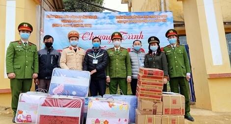 Trao tặng gần 500 suất quà cho các em học sinh vùng cao Yên Bái