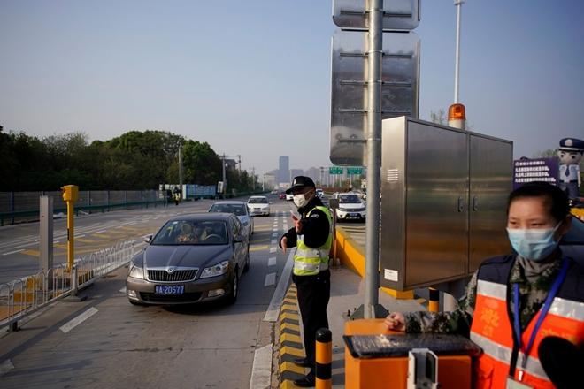 Trung Quốc tiếp tục hạn chế biên giới thêm ít nhất một năm