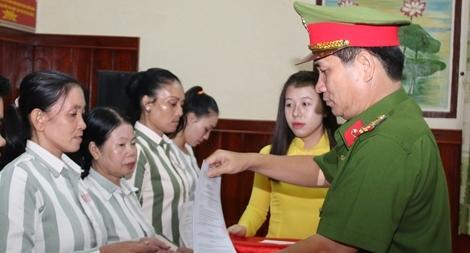 Trại giam Định Thành công bố quyết định tha tù trước thời hạn có điều kiện